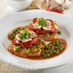 Bújtatott karaj elkészítése: A húst vékony szeletekre vágjuk, és egy tepsiben egy sort rakunk belőle. A hagymát, paprikát, paradicsomot, kolbászt karikákra vágjuk, maj... Bruschetta, Ethnic Recipes, Food, Red Peppers, Essen, Meals, Yemek, Eten