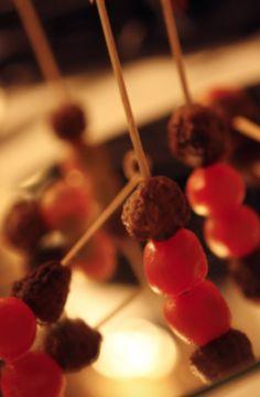 Receitinha simples para todas as festas, varie o molho: http://www.rojo.art.br/blog/kafta/ 