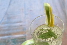 We know Chia seed recipes in different variations - but Chia water? The diet drink should not only make us fitter, but also help us lose weight. So with just a few ingredients and chia seeds, you can Flaxseed Oil Benefits, Flax Seed Benefits, Diet Drinks, Healthy Drinks, Lemon Recipes, Diet Recipes, No Sodium Foods, Flax Seed Recipes, Weight Loss Water