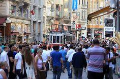Haftasonunun bir gününde ortalama 3 milyon ziyaretçi alan İstiklal Caddesi, İstanbul'un şüphesiz en ünlü ve ikonik caddesidir. Tarihi Beyoğlu semtinde yer alan bu zarif ve genç cadde, kısaca 'İstiklal' olarak bilinir. 3 kilometre kadar uzanan cadde boyunca onlarca restoran, cafe, butik, müzik dükkanı, galeri, sinema ve pastane sıralanır.