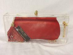 clutch em acrilico transparente,com bolsinha em couro vermelha com forro em cetim vermelho,puxador de achucho dourado,ziper de metal,corrente  e dobradiças dourada. R$ 229,00
