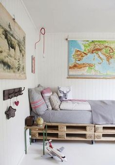 Imagen de cama hecha con palets de Mommo design