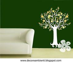 Linda árvore, combinando com o tom de verde da parede