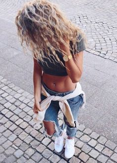 Sporty street style to inspire you this Friday Sporty Outfits, Summer Outfits, Cute Outfits, Good Vibe, Ripped Jeans, Autumn Winter Fashion, Dress To Impress, Marie, Going Out