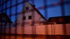"""Image copyright                  Getty                  Image caption                     Una revista alemana describió la residencia en Hoexter como la """"casa de los horrores"""".   La llaman la """"casa de los horrores"""" y no es para menos. En Höxter, un pequeño pueblo en el noroccidente de Alemania, al menos dos mujeres fueron atraídas por avisos de citas creados por una pareja que, según las autoridadeds, luego las torturó hasta la"""