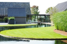 This is a very striking design with its sweeping curve of water leading the eye up to the house.  Design by Hendriks Hoveniers
