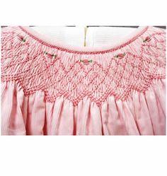Taller de Fabricacion Mayoristas -Punto smock Smocking, Sewing Ideas, Detail, Large Letters, Floral Arrangements, Girls Dresses, Atelier, Dots