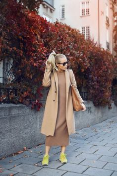 Angelica Blick is rocking the camel trend in this maxi sweater dress and overcoat. Dress: Gina Tricot, Sneakers: New Balance, Jacket: Zara, Bag: Lindex.