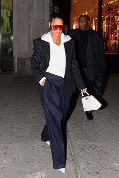 30 Times Rihanna Took Fashion Risks and Won Rihanna Street Style, Mode Rihanna, Rihanna And Drake, Rihanna Riri, Rihanna Casual, Rihanna Outfits, Rihanna Clothes, Rihanna Fashion, Celebrity Shoes