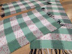 Conjunto de tapetes de malha batidos em tear manual. Ótimo para cozinhas, quartos e corredores. Por R$57,00 em nossa loja virtual.