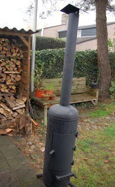 Een voor ons zeer speciale kachel, het was de eerste tuinkachel die we medio 2005 bouwden met een driepoot, een afsluitbaar deurtje en een vaste pijp met een dakje. Inmiddels heeft onze kachel een hele evolutie doorgemaakt. Pizza Ovens, Stove, Bbq, Wood, Outdoor Decor, Home Decor, Barbecue, Stove Fireplace, Decoration Home