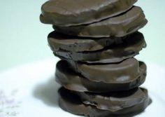 Καριόκες με βανίλια Greek Cake, Chocolate Caramels, Biscuits, Pancakes, Bread, Breakfast, Desserts, Food, Chocolates