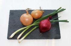 Hagyma tápérték – kifejezetten alacsony ennek a népi gyógymódban használatos zöldségnek a kalória tartalma, mely az egyik fő fűszernövényünk is Lower Cholesterol Naturally, Cholesterol Lowering Foods, Lchf, Onion Benefits Health, Colon Care, Types Of Onions, Dried Lemon, Halloween Table Decorations, Diet