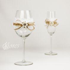 """Svadobné poháre """"Očarenie""""  jedinečná a my túžime, aby ste sa tak cítili v každej maličkosti. Vytvorili sme pre Vás tento svadobný pohár, ktorý nemusí zostať iba kusom skla, ale verte či nie dokáže o Vás veľa vypovedať."""