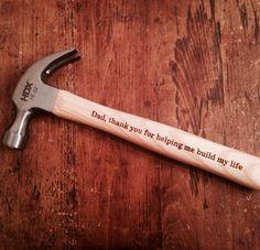 """Gravíroztasd+bele+egy+kalapács+nyelébe:+""""Apa,+köszönöm,+hogy+segítesz+felépíteni+az+életemet!"""""""
