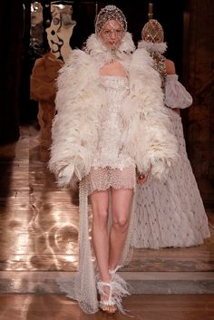 Amazing venue of Opera Comique in Paris is holding the intimate Alexander McQueen Sarah Burton shows an Alexander McQueen 2013 inspired by the high church Sarah Burton, Runway Fashion, High Fashion, Fashion Show, Paris Fashion, Fashion Glamour, Uk Fashion, Fashion Ideas, Winter Fashion