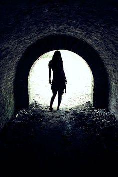 Es war unheimlich dort, und was immer dort übrig geblieben war von den Dingen aus der Vergangenheit, war nur schwer greifbar. Aber ich wollte dich, und darum war ich hinter dir her. Ich wusste noch nichts von unsichtbaren Dingen. Niemand hat mir jemals von unsichtbaren Dingen erzählt. Und wenn es jemand getan hätte, dann hätte ich ihm niemals geglaubt.