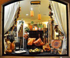 Uno de los escaparates decorados para Halloween - Samaín.  One of the showcases decorated for Halloween - Samain