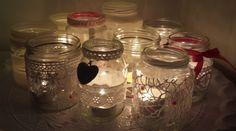 Glazen potten beplakken met kant, lint, plaksteentjes, bedeltjes, enz.. Kaarsjes erin en het staat erg gezellig!