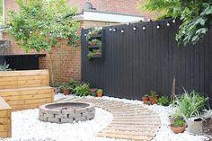 Modern garden with black fencing | Growing Spaces ------ lareira exterior