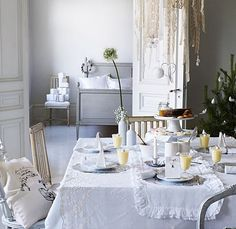Gorgeous white dining room table set for the holidays or Christmas dinner. All of course in glorious shades and textures of white! Winter Party Decorations, Festival Decorations, Table Decorations, Holiday Decor, Christmas Decorations, Brunch Table, Brunch Party, Hm Home, Christmas Table Settings