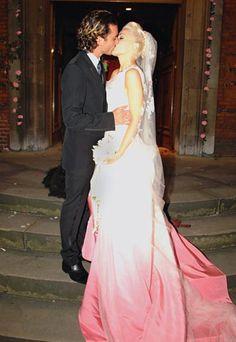 Une robe comme trempée dans le rose du bonheur, c'est le choix de Gwen Stefani pour son mariage avec Gavin Rossdale, cousu main par John Galliano.