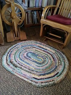 Miss Abigail's Hope Chest: A Rag Rug for Miss Abigail Crochet Projects, Sewing Projects, Yarn Projects, Crochet Crafts, Rag Rug Tutorial, Doily Rug, Oval Rugs, Fabric Scraps, Scrap Fabric