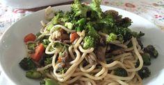 Fabulosa receta para Noodles con brócoli, champiñón y zanahoria. Esto ha sido un plato que ha ido saliendo a medida que estábamos en la cocina. Hemos empezado en un lado con el champiñón y por otro yo con el brócoli al vapor.