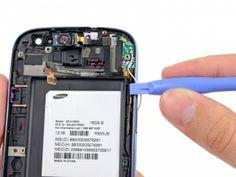 Schritt 7 -       Verkeilen Sie die flache Kante eines Kunststoff-Öffnungswerkzeugs zwischen dem Hörer / Tasten / Lichtsensor Flachbandkabel und ziehen Sie es nach unten, um den Klebstoff am Flachbandkabel zu lösen.