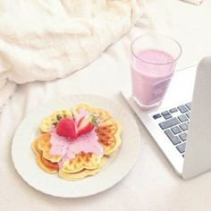 Uploaded by Find images and videos about love, food and yummy on We Heart It - the app to get lost in what you love. Sweet Breakfast, Breakfast In Bed, Breakfast Princess, Yummy Treats, Sweet Treats, Tumblr Food, Cute Cakes, What To Cook, Recipe Of The Day