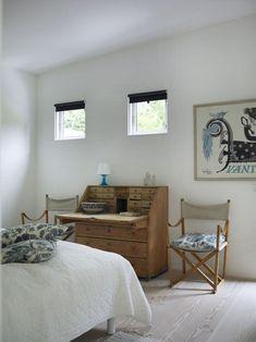 roll top desk in bedroom – Toptrendpin Bedroom Desk, Cozy Bedroom, Sitting Bathtub, Bathroom Installation, Interior And Exterior, Interior Design, Guest Bedrooms, White Walls, Ideal Home