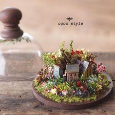 Работы японской художницы, известной под ником Konoha Mori, настолько детальны и продуманы, что, начав их разглядывать, очень сложно остановиться. Большая часть миниатюр посвящены одной теме — созданию максимально приближенного к реальности кукольного дома. Здесь и кухня с крошечной утварью и едой, и шикарный гардероб со швейной машинкой, и даже садовая теплица, где найдется все — от старых горшков до мини-инструментария.