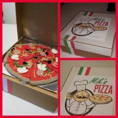 Gehaakte pizza in doos gemaakt van karton