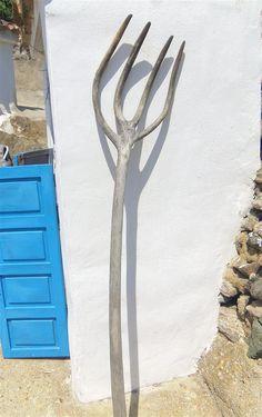 So etwas können in Europa nur noch wenige Bauern. Diese Heugabel aus dem andalusischen #Lubrin wurde aus einem Stück #Olivenholz geschnitzt. Artikel zu #Spanien wie es noch vor 100 Jahren war: http://www.ferienwohnungen-spanien.de/Almeria-Provinz/artikel/zeitreise-durchs-hinterland-wandern-in-der-sierra-filabres