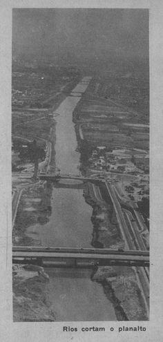 Rio Tietê em 1967, altura da Ponte das Bandeiras (a segunda ponte da foto).