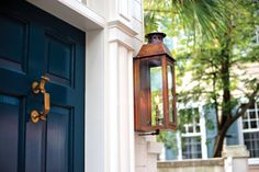 13 Beautiful Photos of Charleston's Historic Homes - Explore Charleston Blog Magnolia Plantation, Charleston Style, Charleston Homes, Front Door Planters, Facade Architecture, Low Country, Interior Design Tips, Historic Homes, Culture