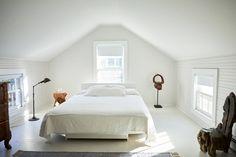 Style: Antiques Dealer Jonathan Burdens Clean and Simple Shelter Island Retreat -Farmhouse Style: Antiques Dealer Jonathan Burdens Clean and Simple Shelter Island Retreat - Living Room Decor Cozy, Living Room Grey, Bedroom Decor, Bedroom Ideas, Wall Decor, Bedroom Retreat, Attic Bedroom Small, Master Bedroom, Upstairs Bedroom