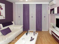 Salón con paneles japoneses morados combinado con la decoración
