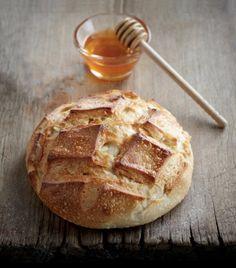 Le Pain Ekmek est un délicieux pain au levain d'origine turque parfumé au miel et à l'huile d'olive. Je vous propose ici la recette partagée par l'excellent boulanger Eric Kayser. Olives, Baguette, Pain Au Levain, Fruit Drinks, Sourdough Bread, Your Recipe, Salad Bowls, Olive Oil, Turkey