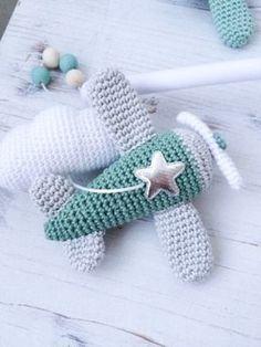 Gratis haakpatroon: VLIEGTUIG - Freubelweb Gratis patroon gevonden via Freubelweb Crochet Baby Toys, Crochet Toys Patterns, Crochet Gifts, Amigurumi Patterns, Crochet For Kids, Stuffed Toys Patterns, Crochet Animals, Diy Crochet, Crochet Dolls