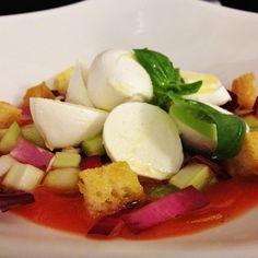 Mozzarella di bufala con gazpacho e cruditè di verdure #hallbar #pranzo #milano #gazpacho #pomodoro #sedano #bufala #mozzarella #basilico #igersmilano #instafood