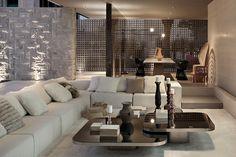 Materiais naturais explorados até o limite criam uma estética fluida e incomum que transita pelo espaço monocromático totalmente aberto da Villa Deca. Projeto Guilherme Torres.