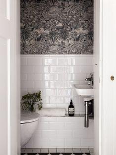 Minimalist Home Interior Vitt kakel i halvfrband med vita fogar i badrum. Boho Bathroom, Bathroom Wall Decor, Bathroom Shower Curtains, Bathroom Colors, Bathroom Interior, Small Bathroom, Bathrooms, Bathroom Things, Bathroom Ideas