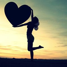 """Convido-lhe a refletir sobre o amor próprio. Muitos confundem o amor próprio com vaidade e ego """"só ter olhos para o próprio umbigo"""". Na realidade não é bem por aí. Amar a si mesmo é um ato nobre o qual todos nós deveríamos praticar. Porque nós somos criaturas do Criador. Nós temos divindade em nós. Portanto cuide de você. E cuide bem! Tenha carinho por quem você é. Não aceite a própria falta de respeito a auto sabotagem a auto piedade e não se vitimize. Como amar ao próximo como a ti mesmo…"""