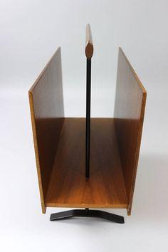 Minimalistischer Zeitschriftenständer, Zeitungsständer, Vintage Ständer, Magazine Rack, Holz, 60er Jahre  Puristischer Zeitungsständer aus den 60er Jahren. Der Ständer ist komplett aus Holz und steht auf schmalen metallenen Füßen. Er hat eine dezente Form und ist sehr stabil.  Ein schönes Accessoire aus dem Designbereich.  Zustand: Guter altersentsprechender Vintagezustand  Maße: Höhe: 40 cm | 17.32 Breite: 41 cm | 15.74 Tiefe: ca 18 cm | 9.44 Gewicht: ca 2,7 kg  Der Versand erfolgt aus…