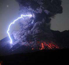 桜島が爆発的噴火、5千メートルの噴煙 鹿児島 2016年7月26日01時16分
