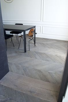 Typical of the old Haussmann-style flats in Paris, this type of parquet features a pointed pattern. This parquet floor is only available in solid wood. Wood Parquet, Concrete Wood, Timber Flooring, Parquet Flooring, Grey Flooring, Living Room Flooring, Bedroom Flooring, Kitchen Flooring, Texture Seamless
