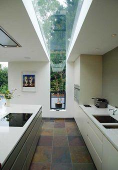 Geniale Architektenlösung. Könnte man als Spiegelband an der Decke als Fensterfortsetzung simulieren.