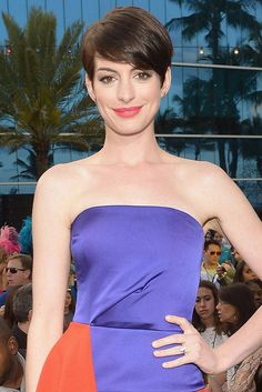 Today's beauty secret: get coral lips like Anne Hathaway's!