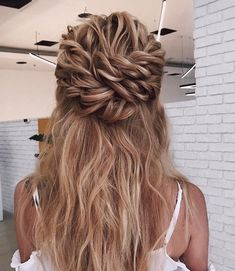 Wedding Hair Down Blown away with these 57 Beautiful Messy wedding hair ,textured updo, half up half down bridal hairstyles Messy Hair Look, Messy Wedding Hair, Wedding Braids, Wedding Hairstyles For Long Hair, Formal Hairstyles, Ponytail Hairstyles, Updos, Graduation Hairstyles, Hairstyles Haircuts